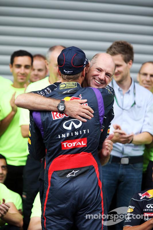 O vencedor Sebastian Vettel, Red Bull Racing comemora com Adrian Newey, Red Bull Racing Chief Techni