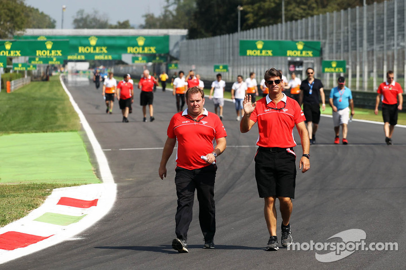 (L naar R): Dave Greenwood, Marussia F1 Team Race Engineer en Graeme Lowdon, Marussia F1 Team Chief Executive Officer lopen naar het circuit