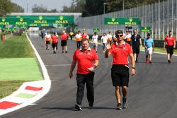 (Da esquerda para direita): Dave Greenwood, engenheiro de corridas da Marussia F1, e Graeme Lowdon, chefe executivo da Marussia F1 Team, caminham pelo circuito