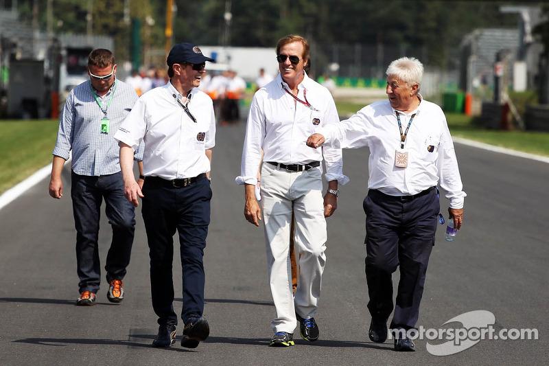 Danny Sullivan, FIA Steward, met Herbie Blash, FIA Delegate