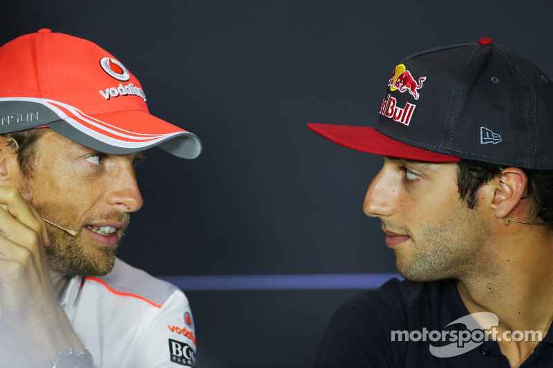 (L naar R): Jenson Button, McLaren en Daniel Ricciardo, Scuderia Toro Rosso bij de FIA-persconferentie