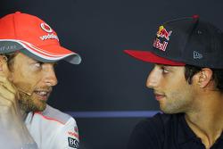 (Da esquerda para direita): Jenson Button, McLaren, e Daniel Ricciardo, Scuderia Toro Rosso, na coletiva de imprensa da FIA