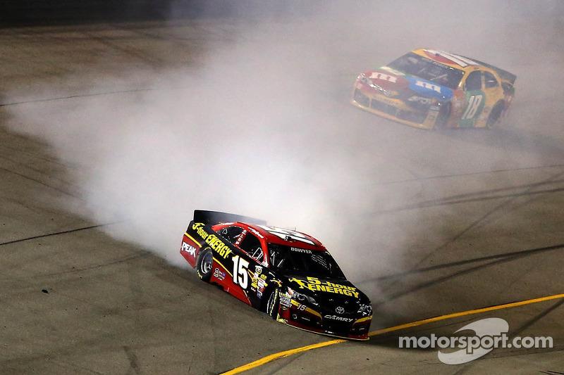 Clint Bowyer, Michael Waltrip Racing Toyota in de problemen