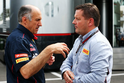 (Da esquerda para direita): Franz Tost, chefe de equipe da Scuderia Toro Rosso, com Paul Hembery, diretor de automobilismo Pirelli