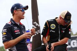 (L naar R): Sebastian Vettel, Red Bull Racing en Kimi Raikkonen, Lotus F1 Team bij de rijdersparade