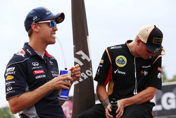 (Da esquerda para direita): Sebastian Vettel, Red Bull Racing, e Kimi Raikkonen, Lotus F1 Team, no desfile dos pilotos