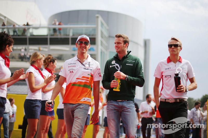(L naar R): Adrian Sutil, Sahara Force India F1, Giedo van der Garde, Caterham F1 Team en Max Chilton, Marussia F1 Team bij de rijdersparade