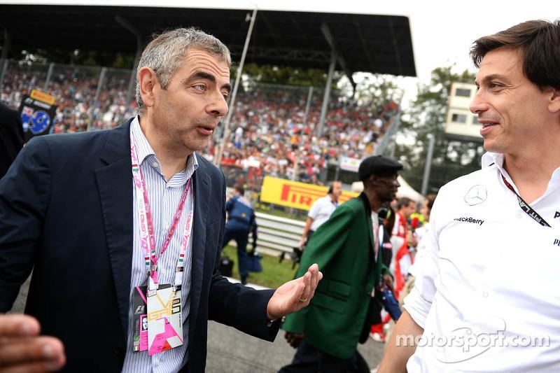 (L naar R): Rowan Atkinson, Acteur met Toto Wolff, Aandeelhouder en directeur Mercedes AMG F1 op de