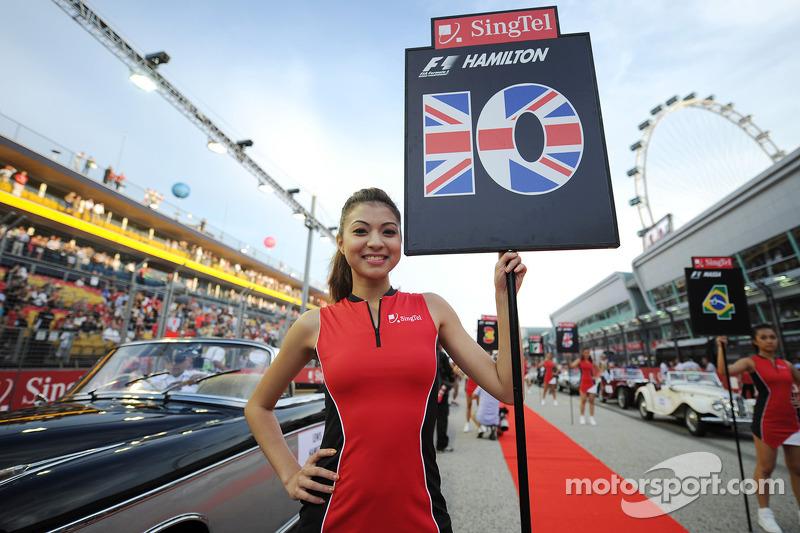 Chica de la parrilla para Lewis Hamilton, Mercedes AMG F1