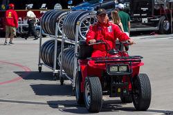 Risi pit crew com o carregamento de pneus
