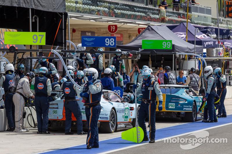 Aston Martins in de pits tijdens de kwalificatie