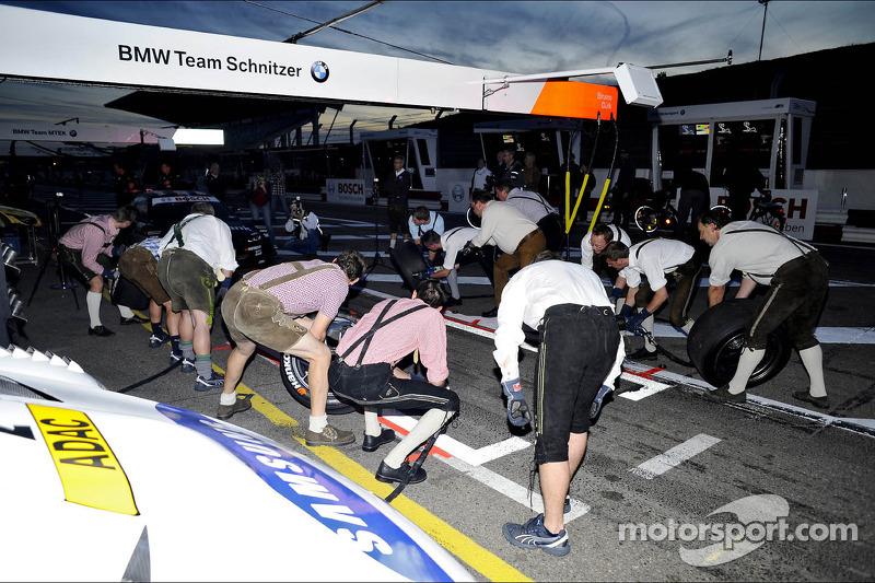 BMW Team Schnitzer, pitstop in Lederhose