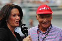 Niki Lauda, Mercedes Presidente de Honra com Tanja Bauer, Sky Germany TV repórter no grid