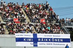 Fans en een banner voor Kimi Raikkonen, Lotus F1 Team