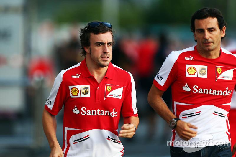 (L naar R): Fernando Alonso, Ferrari met Pedro De La Rosa, Ontwikkelingsrijder Ferrari