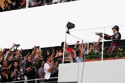 Mark Webber, Red Bull Racing comemora sua segunda posição com o champanhe com fãs no pódio