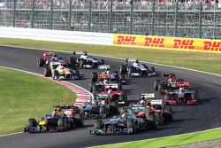 Lewis Hamilton, Mercedes AMG F1 W04 memelankan mobil akibat ban kempis setelah bersentuhan dengan Sebastian Vettel, Red Bull Racing RB9