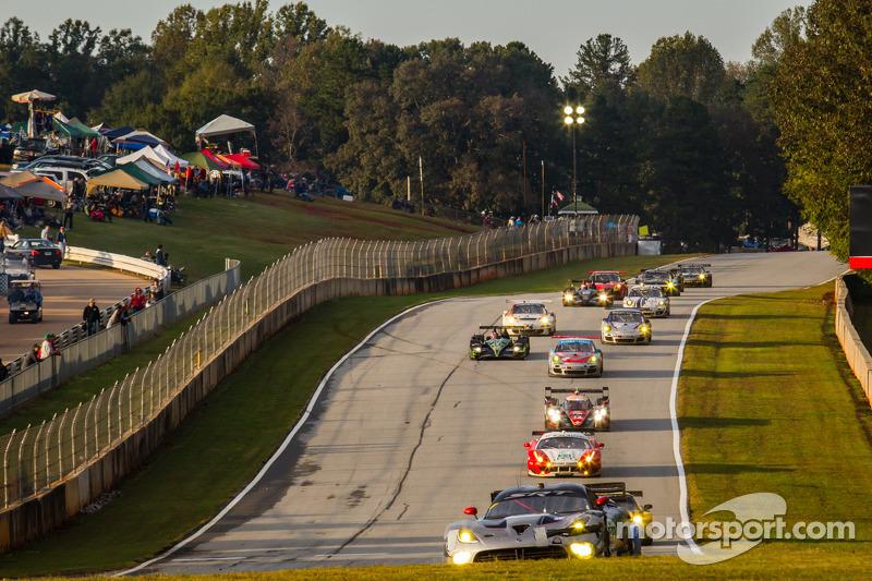 #91 SRT Motorsports SRT Viper GTS-R: Dominik Farnbacher, Marc Goossens, Ryan Dalziel voert een groep