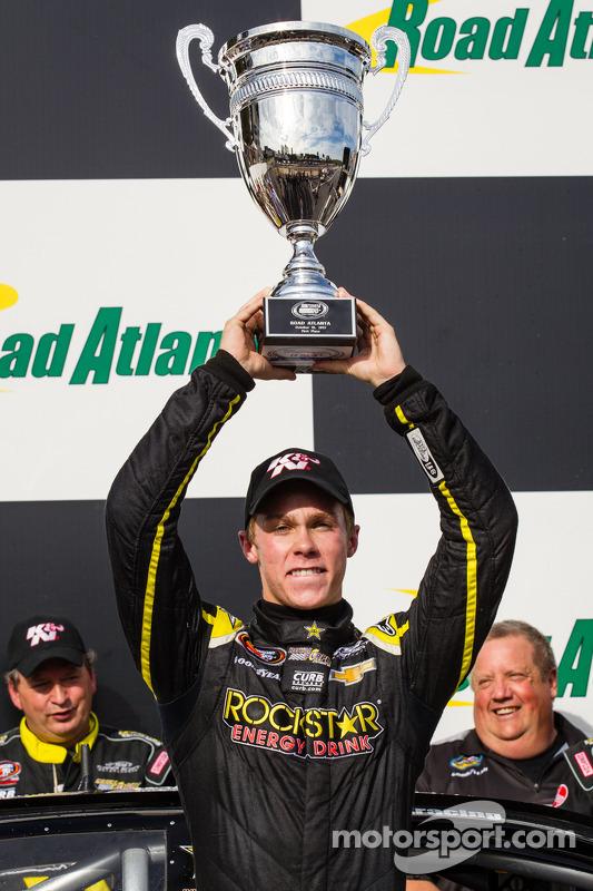 O vencedor e NASCAR K&N East Series 2013 champion Dylan Kwasniewski comemora