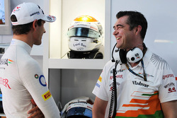 (L naar R): Adrian Sutil, Sahara Force India F1 met Bradley Joyce, Sahara Force India F1 Race Engineer