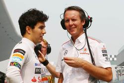 (L naar R): Sergio Perez, McLaren met Sam Michael, McLaren Sporting Director