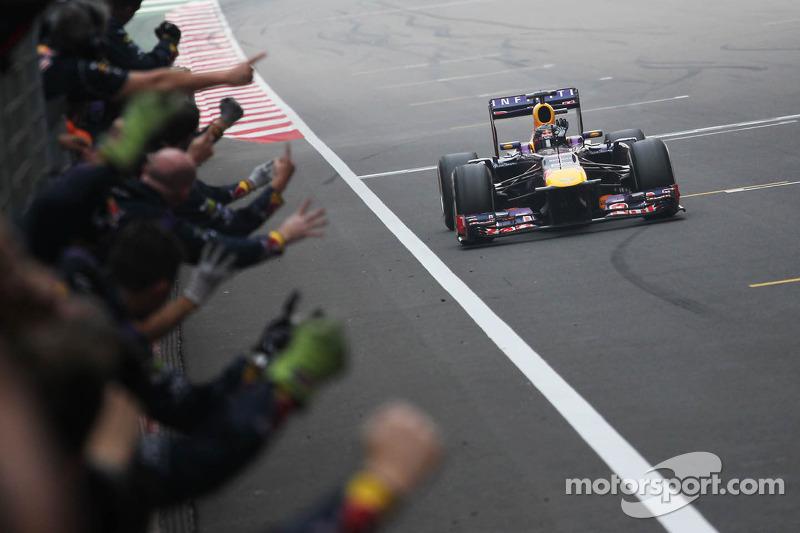 Переможець гонки на чемпіон світу Себастьян Феттель, Red Bull Racing RB9 святкує з командою на фініші