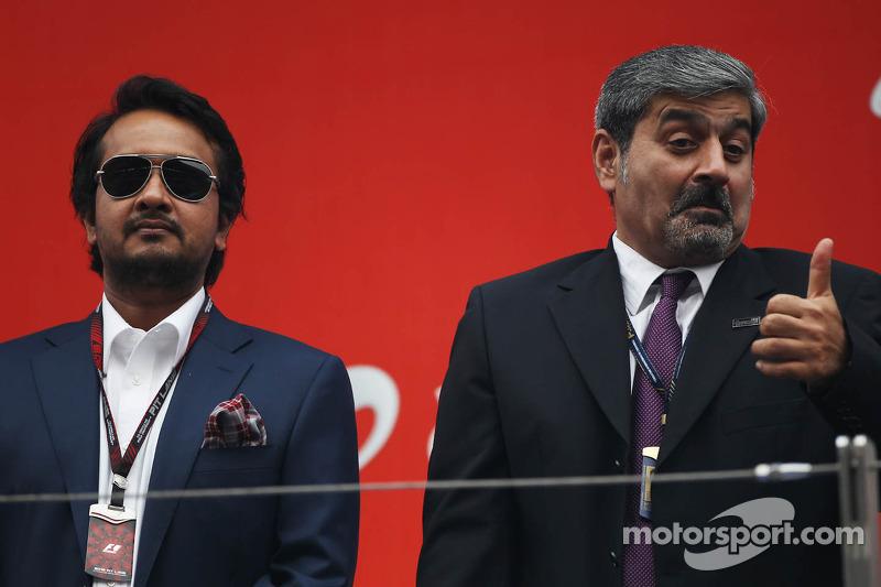 (L naar R): Sameer Gaur, Jaypee Group Managing Director met Vicky Chandhok, op het podium