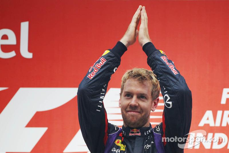Переможець гонки та чемпіон світу Себастьян Феттель, Red Bull Racing RB9 святкує на подіумі