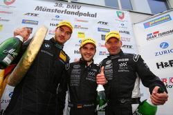 O terceiro colocado geral Uwe Alzen, Niclas Kentenich, Philipp Wlazik, Uwe Alzen Automotive, BMW Z4 GT3