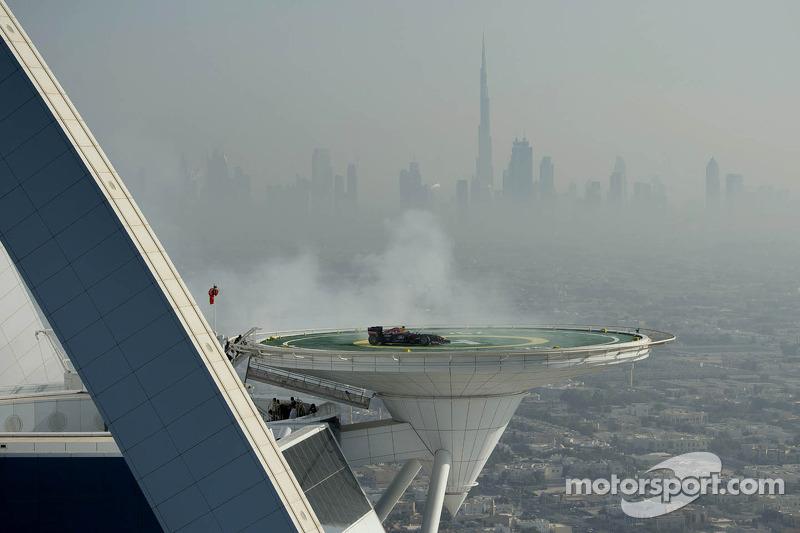 David Coulthard draait donuts op het Burj Al Arab helipad
