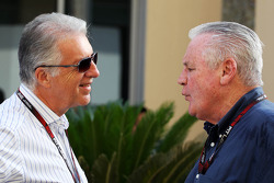 (L naar R): Piero Ferrari, Ferrari Vice-President met Alan Jones