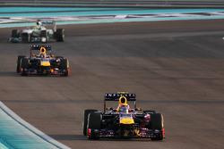 Mark Webber, Red Bull Racing RB9 lidera en el lap de formación