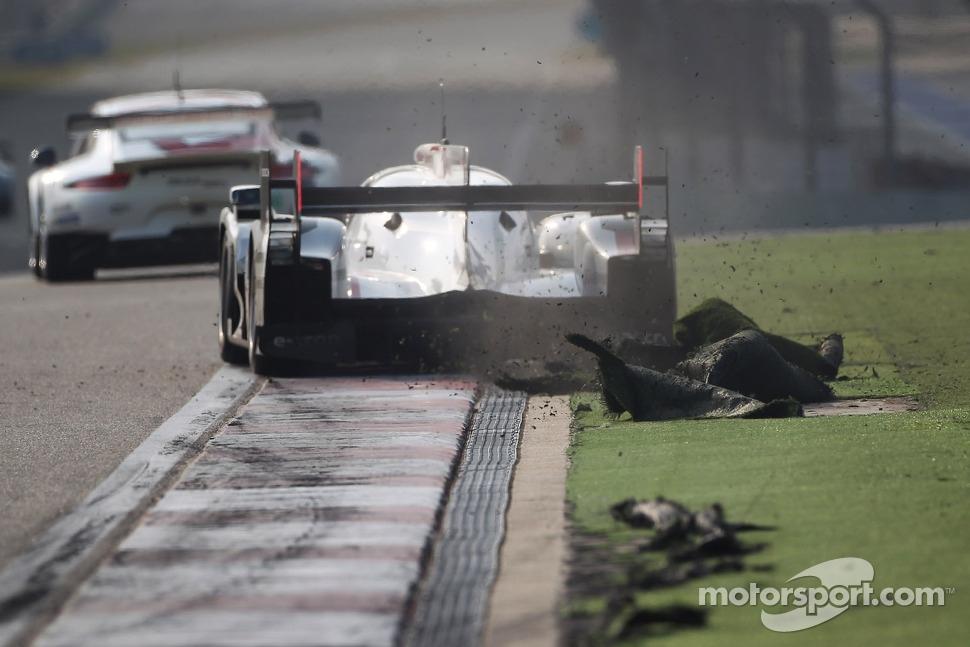 #1 Audi Sport Team Joest Audi R18 e-tron quattro: Andre Lotterer, Benoit Tréluyer, Marcel Fässler tears up the astroturf