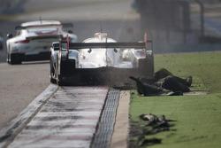 El #1 Joest Audi R18 e-tron quattro del equipo Audi Sport: Andre Lotterer, Benoit Tréluyer, Marcel Fässler rompen en pasto artificial