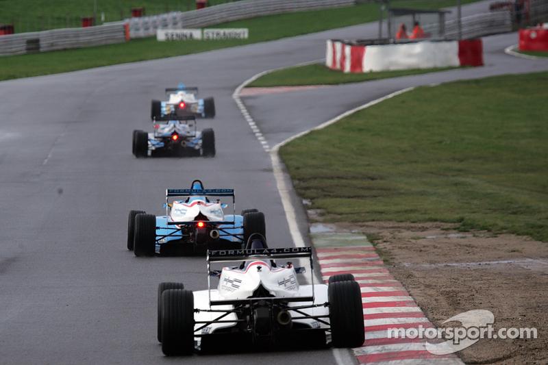 Carros da F4 descendo a Reta Senna
