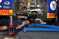 Mecânico trabalhando no carro de Tom Coronel, BMW E90 320 TC, ROAL Motorsport