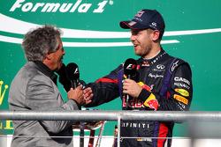 Podio: ganador de la carrera Sebastian Vettel, Red Bull Racing con Mario Andretti (USA)