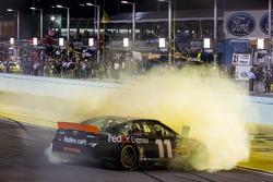 Racewinnaar Denny Hamlin, Joe Gibbs Racing Toyota viert het resultaat