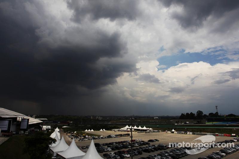 Donkere wolken boven het circuit