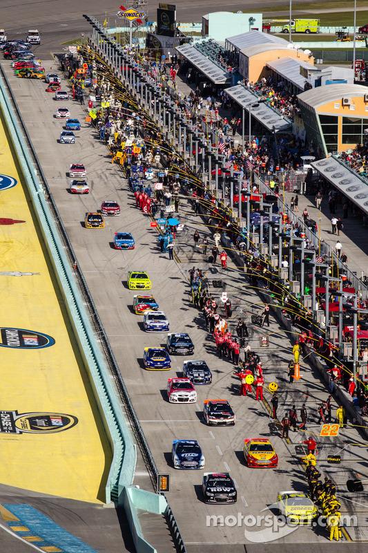 Matt Kenseth, Joe Gibbs Racing Toyota lidera o pelotão to voltas de aquecimento