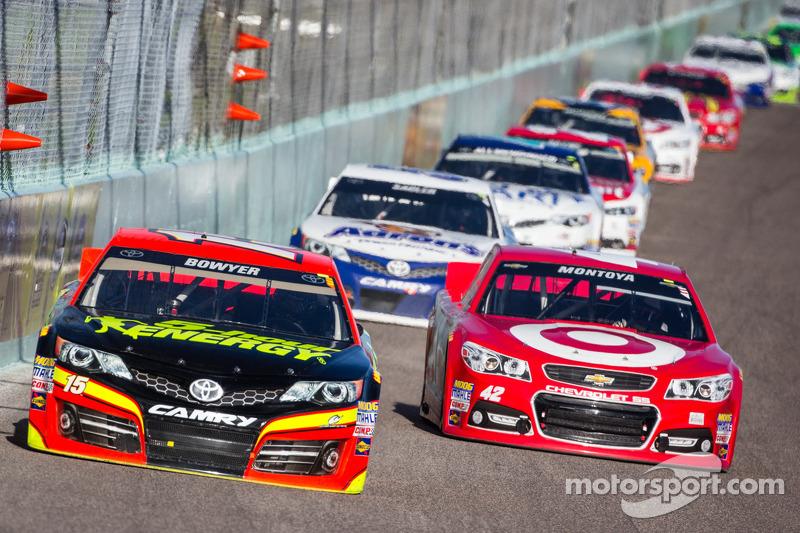 Clint Bowyer, Michael Waltrip Racing Toyota en Juan Pablo Montoya, Earnhardt Ganassi Racing Chevrolet