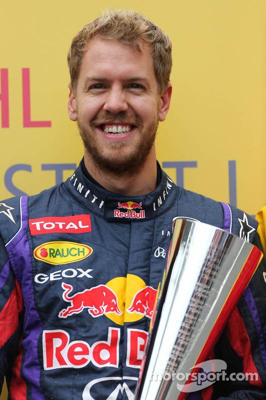Sebastian Vettel, Red Bull Racing recebe seu troféu DHL