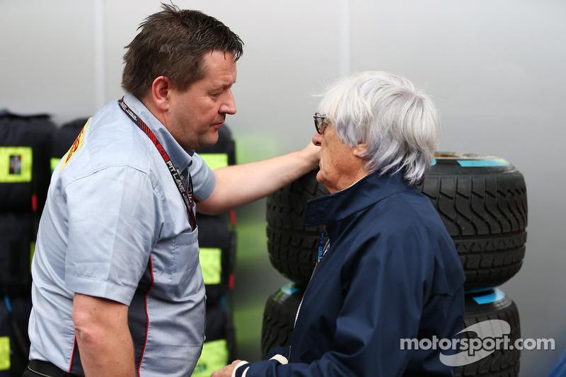 (L naar R): Paul Hembery, Pirelli Motorsport Director met Bernie Ecclestone, CEO Formula One Group