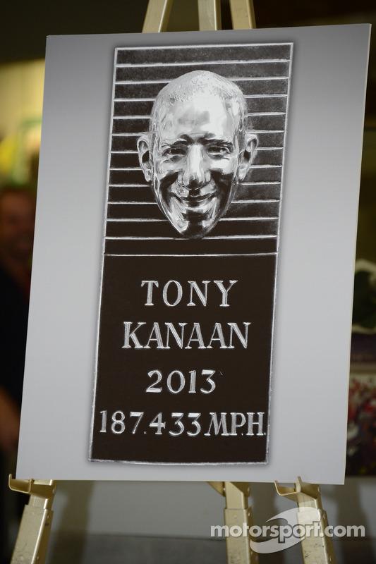 Tony Kanaan presents his likeness on the Borg-Warner Trophy