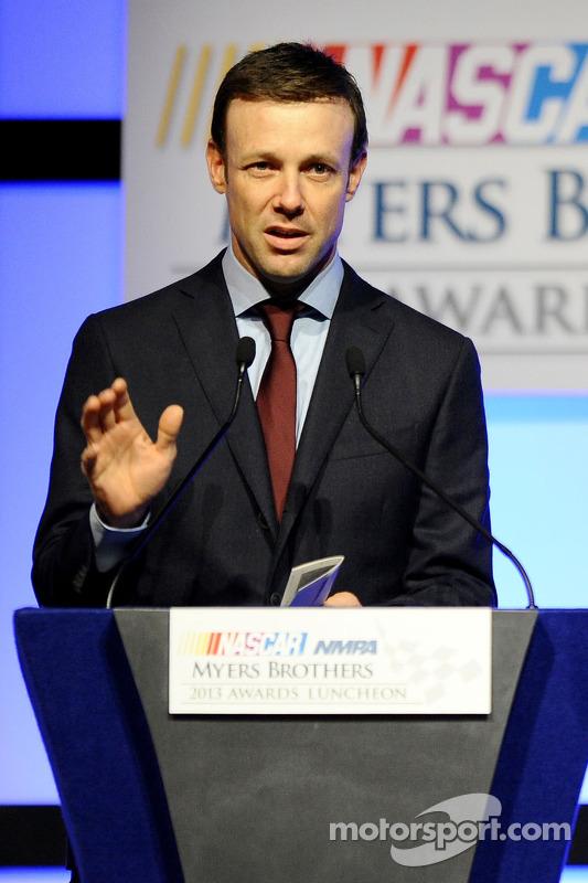 Matt Kenseth fala no palco após vencer o Mobil 1 piloto do ano no NMPA Myers Brothers Awards Luncheo