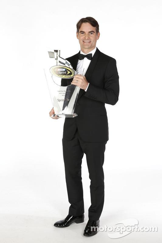 Jeff Gordon poseert met zijn beker voor de 6e plaats