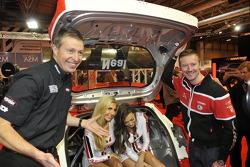 Мэтт Нил и Гордон Шедден. Международная автоспортивная выставка, Бирмингем, четверг.