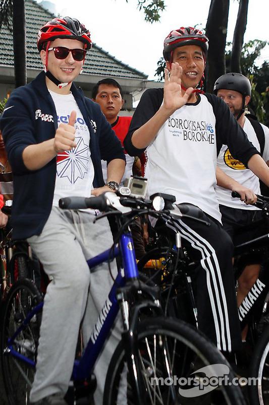 雅马哈厂队豪尔赫·罗伦佐和车迷骑摩托车