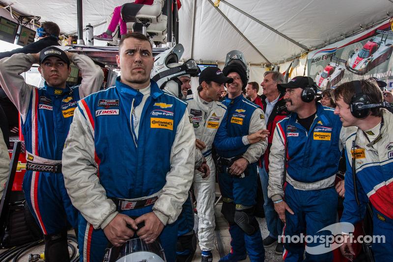 Yarış gerginliğini sonu: Christian Fittipaldi Action Express Racing takım üyeleri yarışın son dakika