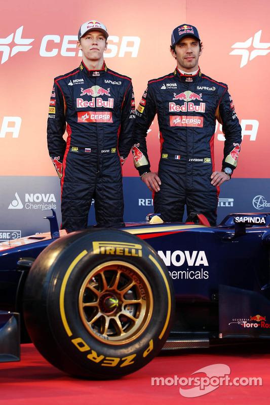 (Esquerda para direita): Daniil Kvyat e Jean-Eric Vergne, ambos da Scuderia Toro Rosso, no lançamento do Scuderia Toro Rosso STR9